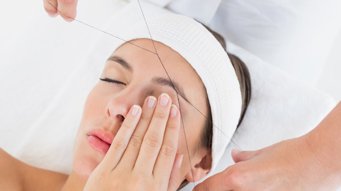 Die Augenbrauen mit dem Faden zupfen – Eyebrow Threading